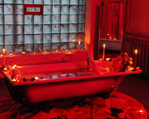 Romantic bath for a single lover (performance)